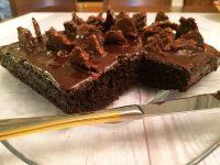 עוגת שוקולד טבעונית עם שברי שוקולד פריכים 2