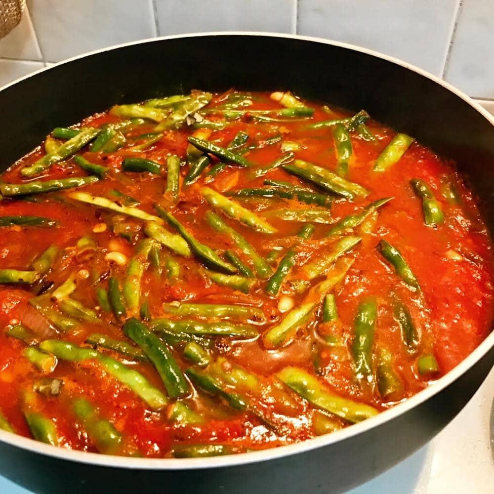 רוטב עגבניות בסיסי עם שעועית ירוקה טרייה