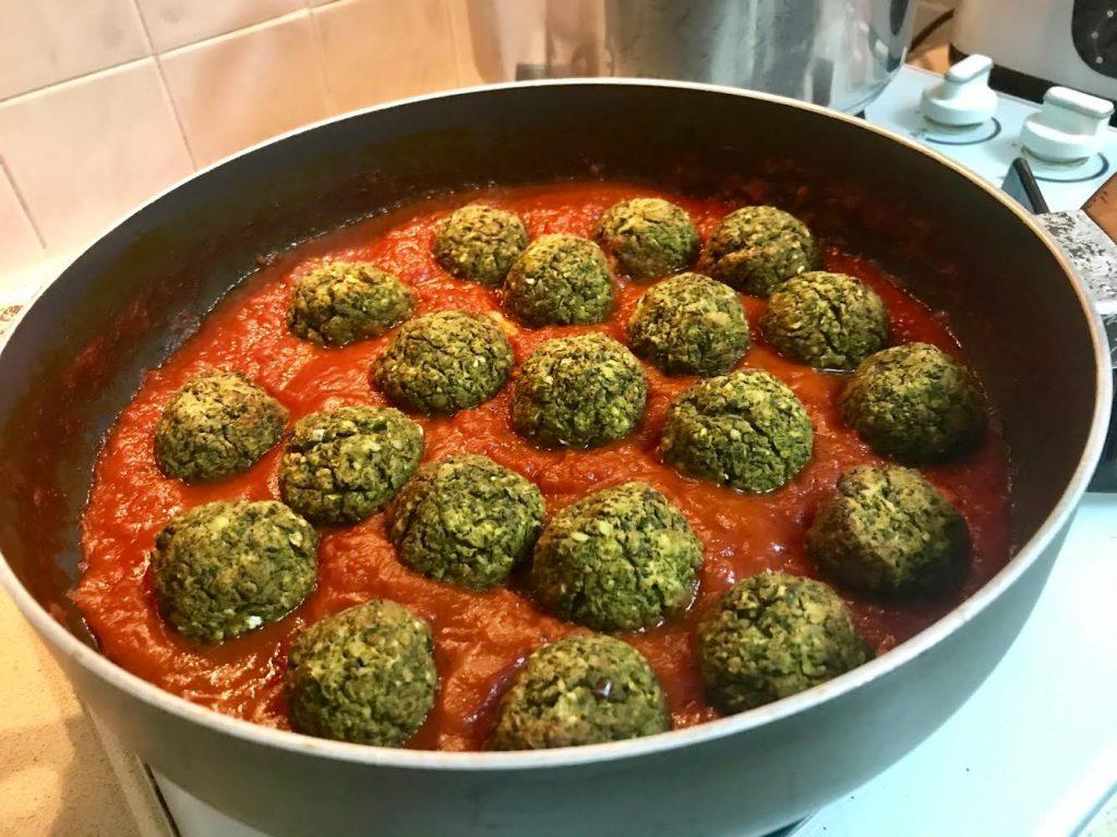 רוטב עגבניות בסיסי עם קציצות