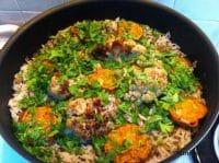 מג'דרה אורז ועדשים עם ירקות קלויים ופטרוזיליה