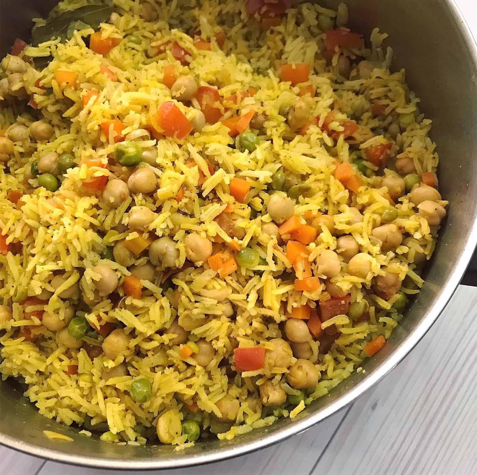 חומוס ואורז מעורבב בסיר