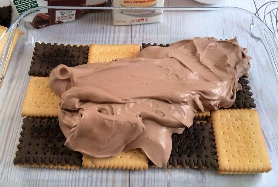עוגת ביסקוויטים של סבתא מריחת הקרם