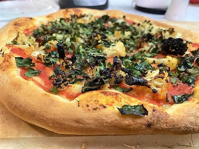 פיצה שמוכנה בשעה אחרי אפייה